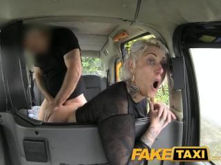 Tetovált csaj szereti kemény az anál szexet autóba