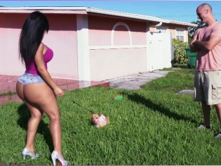 Sexy MILFka vyšuká suseda po venčení psa
