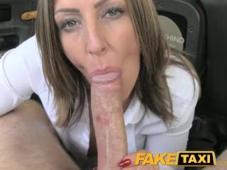 Výborné veľké prsia sexy samičky vo fake taxi