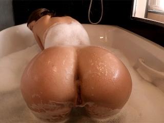 Krásna sexy samička v sprche