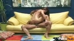Aria Nailed ripassa l'intero kamasutra sul divano