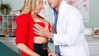 горячая грудастая блондинка Саманта Саинт трахает доктора на осмотре