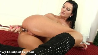Vanessa jordin playing with her oiled pussy