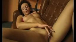 Brunette MILF fingers herself