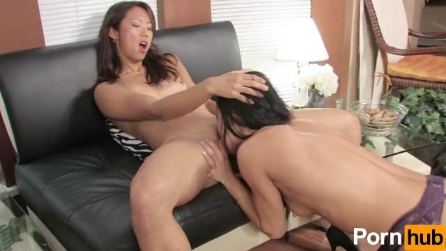 Regardez Traînée asiatique mince dominée par une lesbienne avec un gode-ceinture sur le meilleur site porno hardcore.