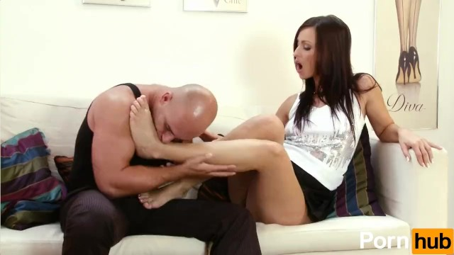 Simone Style Uses Her Feet To Make A Guy Cum - 3