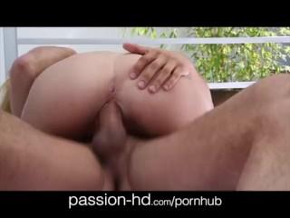 Passion-HD Natuurlijke 34D blonde zwembadneuk