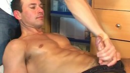 A swimmer guy get massaged and get wanked in spite of him !