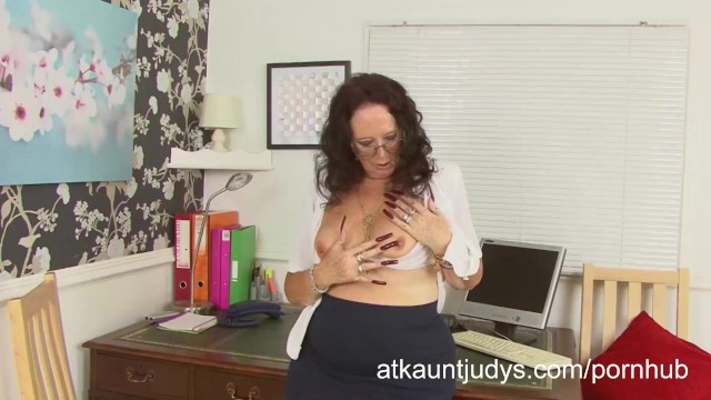 Download Gratis Video Nikita Zadi rubs and fingers her pussy in the office.