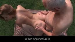 Пожилой мужчины отлизывает юную писечку
