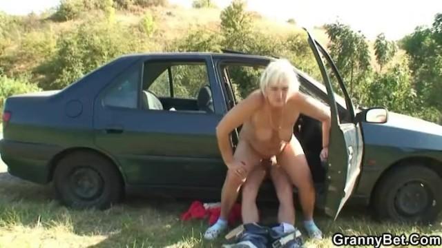 Снял старушку на дороге за деньги