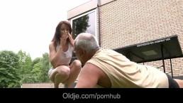 Un vieux pervers baise avec une jeune rouquine maigre