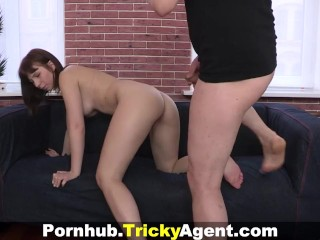 Tricky Agent – Hiding from the rain a brunette is trapped!