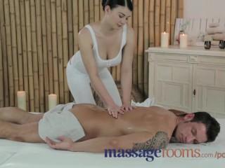 Massage Rooms - Jeune beauté aux seins énormes se fait baiser bien fort par une grosse queue