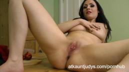 Sophia Delane ziet er lekker uit in haar lingerie.