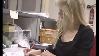 Une secrétaire obligée de baiser avec son vieux boss sur le bureau