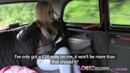 Une blonde aux gros seins se fait remplir la chatte de foutre dans mon taxi