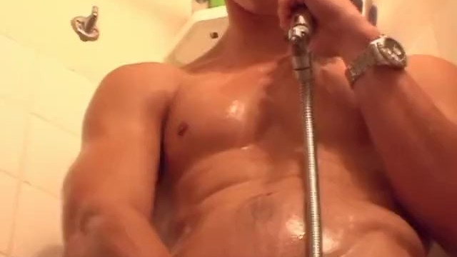 See this str8 guy taking a shower very horny! - 8