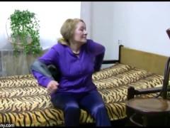 性感的年轻女孩舔从老奶奶与大胸部的老胖胖的猫