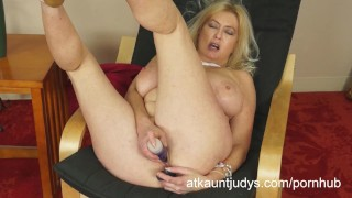 Tahnee fucks her ass and her pussy to a spectacular orgasm