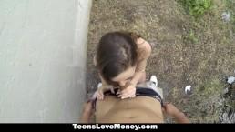 TeensLoveMoney - Scarlet Sawyer se prend un chargement dans son cul !