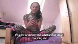 Love Creampie - Étudiante ado en chaussettes longues baise le réparateur TV pour de l'argent