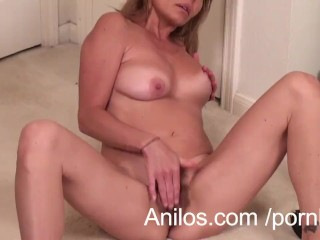 Mature mom makes her hairy snatch cum