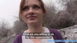 PublicAgent onschuldige shopper wordt geneukt in een auto voor een modeljob