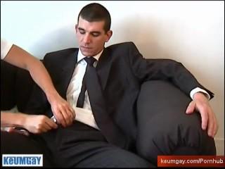 Hetero guy do it better: Guillaume serviced by a guy despite of himself!