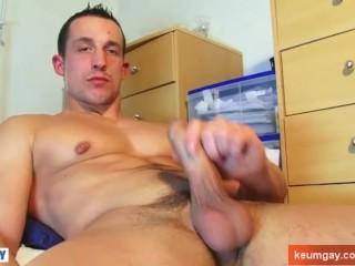 Eric, real hetero guy get wanked his huge cock by a guy !