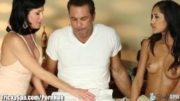Мама показывает падчерице навык массажа члена