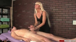 Milf masseuse dominant tijdens massage
