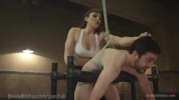 Une dominatrice musclée se bat avec un esclave
