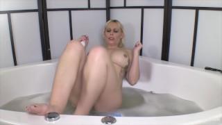 Caldo e bagnato si masturba nella pulizia norvegese vasca da bagno