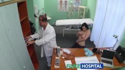 FakeHospital Hete babe wilt dat de Docter haar tieten zuigt