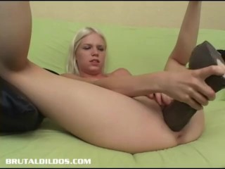 Jayda Diamonde fills her pussy with a big brutal dildo