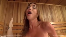 Sbrodolata anale di due sconosciuti nella sauna