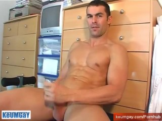 My gym club's trainer gets wanked his big cock by a client on video !