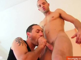 Room service guy gets sucked by a client for a good tip !