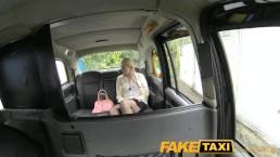 FakeTaxi - Une blonde aime les mecs plus vieux sur la banquette des taxi londonniens