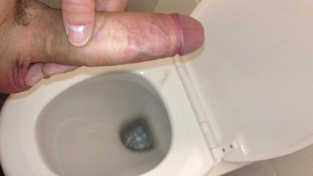 smotret-roliki-sperma-v-tualete-seks-s-nakachennimi-babami