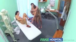 Fakehospital Chaude infirmière se joint à un couple pour un plan à 3