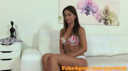Agent escro une top model toute mince baise pour le travail pendant un casting