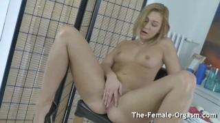Blonde Bates to Grooling Pulsating Hitachi Orgasm
