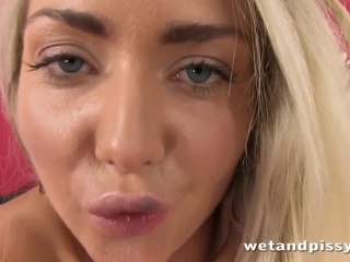 Hottie spreads her cunt and pees with pleasure