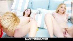 DAUGHTERSWAP - Mães Flagram Filhas Namorando e Transam Com Filha da Outra