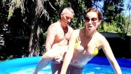Scopata nella piscina all'aperto