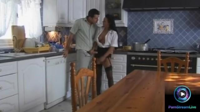 Streaming Gratis Video Nikita Valentina Velasques likes a whip of cream while giving handjobs