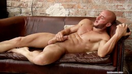 Liam Steed jerks off with big muscles