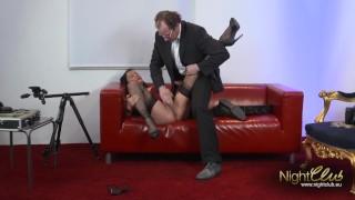Deutsche MILF auf der Couch hart gebumst